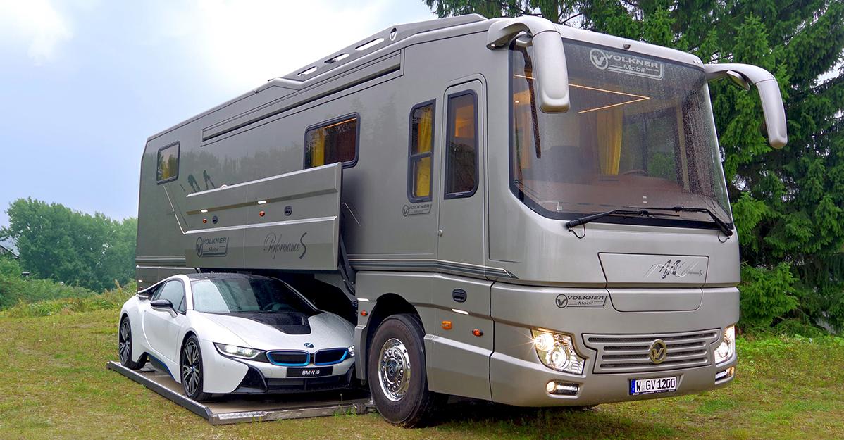 Arată ca un autobuz normal, dar are propriul garaj! Costa peste 1.7 milioane de dolari, iar interiorul este uimitor!