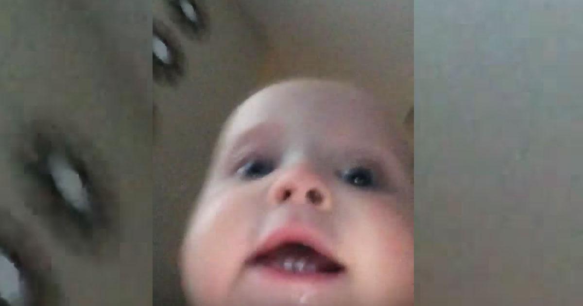 Bebeluşul i-a furat telefonul şi a fugit cu el, dar camera a rămas pornită şi a înregistrat tot! Imagini adorabile.