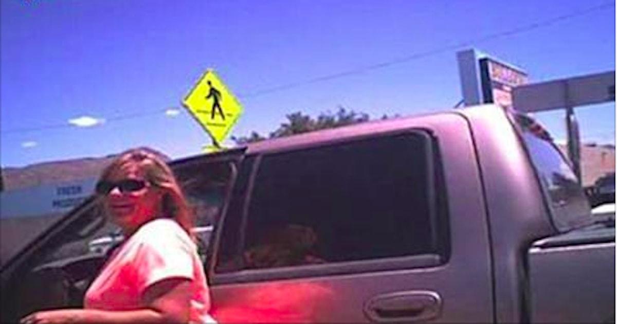Femeia şi-a lăsat câinele închis în maşină, fără niciun geam deschis la 42 de grade. Aceasta a primit acelaşi tratament de la poliţistul care a amendat-o.