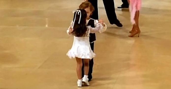 Concurenţii au intrat pe scenă pentru a dansa, dar toată atenţia s-a îndreptat spre cel mai mic cuplu. Priviţi cânt sunt de frumoşi!
