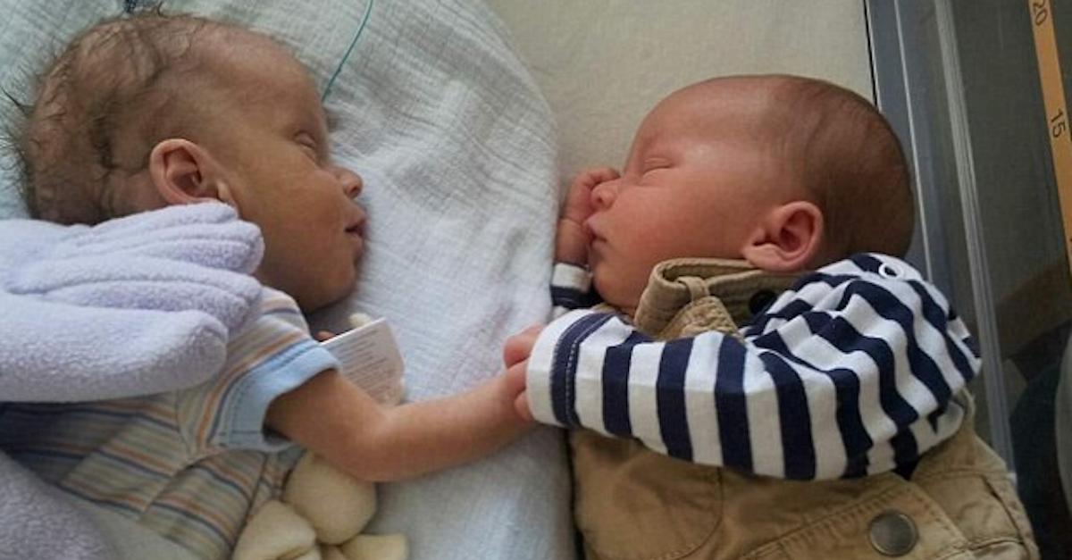 Bebeluşul se afla într-o stare foarte gravă, ce s-a întâmplat atunci când fratele lui geamăn a fost pus lângă el în incubator este incredibil!