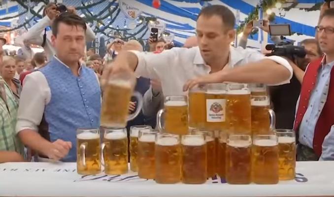 Doar ei puteau doborî un nou record la cărat halbe de bere! Este uimitor câţi litri de bere a reuşit să care fără să verse un strop.