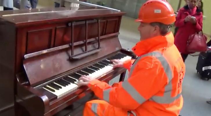 Un simplu muncitor s-a aşezat la pian în timpul pauzei şi nimeni nu s-a aşteptat la un asemenea spectacol! Au fost pur şi simplu fermecaţi de talentul său.