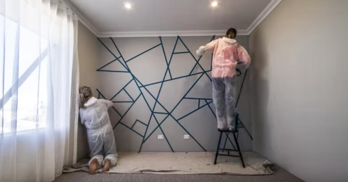 Au lipit bandă adezivă pe tot peretele şi au început să vopsească. Rezultatul final te va cuceri cu siguranţă!