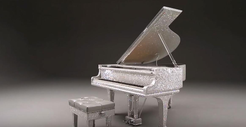 Acest pian costă peste 3 milioane de dolari şi este unic în lume. Este numit pianul de cristal şi arată uimitor!