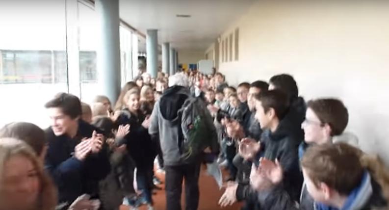 """Peste 700 de elevi au marcat ieşirea la pensie a profesorului de sport printr-un """"tunel"""" cu aplauze. Imagini super emoţionante!"""