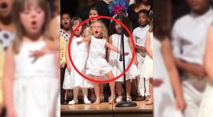 La serbarea de sfârşit de an, această fetiţă de 4 ani a captat toată atenţia cu prestaţia ei de pe scenă. Este adorabilă!
