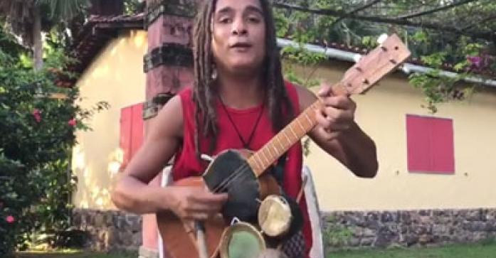 Şi-a modificat singur chitara pentru a face un ban în plus. Acum a ajuns vedetă din cauză că prietenul lui l-a filmat. Priviţi ce frumos cântă acest om!