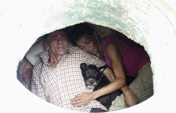 """Povestea incredibilă a acestui cuplu care a trăit mai bine de 22 de ani într-o canalizare. Priviţi cum arată interiorul """"casei"""" lor!"""