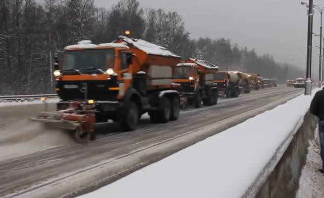 Aşa se curăţă zăpada de pe autostradă în Rusia. Acesţi oameni chiar se pricep la aşa ceva.